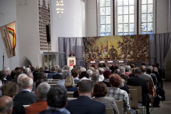 Elfriede Begrich auf dem Podium in der Kornmarktkirche (Foto: Yves Harmgart)
