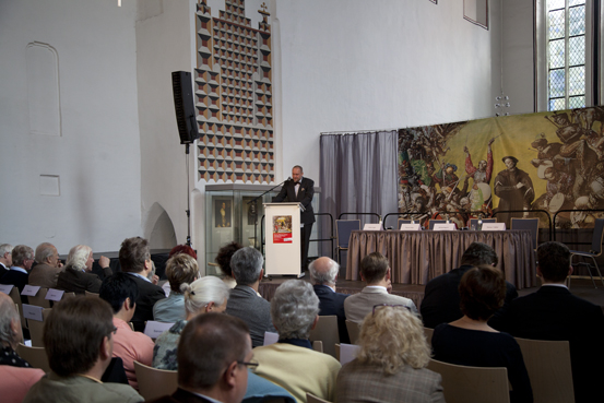 Thomas T. Müller auf dem Podium in der Kornmarktkirche (Foto: Yves Harmgart)